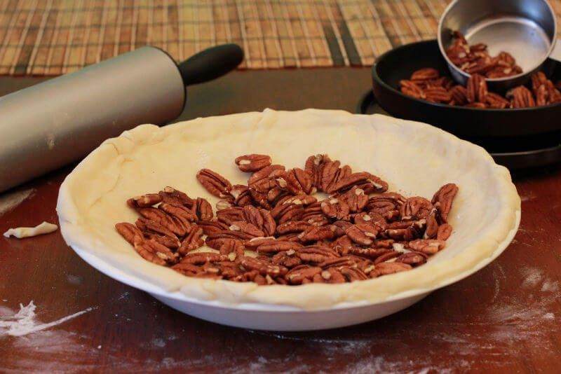 line pie crust with pecans